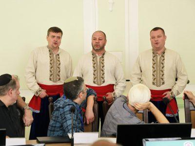 """На I-й Міжнародній Конференції з Хасидизму українські народні пісні виконує чоловіче вокальне тріо з Умані """"Гонта""""."""