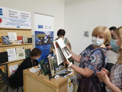 Жвава робота книжкового стенду «Українсько-Єврейської Зустрічі».
