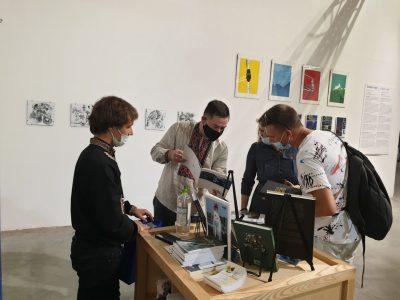 Відвідувачі Фестивалю цікавляться книжками та діяльністю «Українсько-Єврейської Зустрічі».