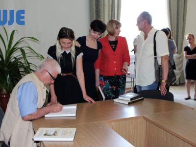 Бажаючі отримати автограф Павла-Роберта Маґочія – співавтора книжки «Євреї та Українці: тисячоліття співіснування».