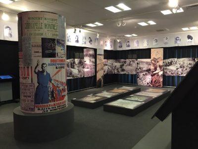 Вхід до виставки «Бабин Яр: пам'ять на тлі історії». На фотографіях дальньої стіни показано речі євреїв, яких стратили в Бабиному Яру.