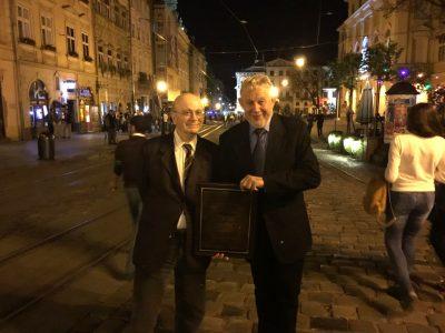 Вольф Москович (ліворуч) та Віктор Радуцький (праворуч) на Площі Ринок у Львові у 2017 році, після визнання його книги на Львівському форумі видавців за вагомий внесок в українсько-ізраїльські культурні взаємини.
