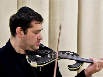 """Фелікс Шустер, музикант, який виконує твори на презентації арт-проекту """"Червоний Синай"""", що відбулась 3-го жовтня 2017 року у МБФ """"Єврейський Хесед """"Бней Азріель"""""""