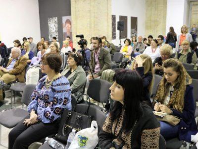 Аудиторія слухає панельну дискусію.