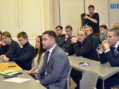 Учасники дискусії у Київському національному  університеті імені Тараса Шевченка – студенти, вчителі та громадські активісти.