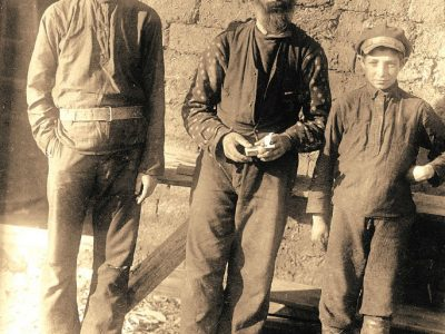 The builder Naphtali Gendin with his sons, Yakov (at left) and Naum at the Oyfelbung commune, Crimea, 1925. Archives of the Joint