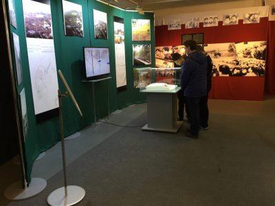 Молоді відвідувачі виставки.