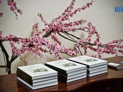 Учасники презентації отримують подарунок – книжку «Євреї та українці: тисячоліття співіснування».