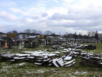 Віднайдені єврейські надгробки на радехівському цвинтарі минулого місяця. Фото © 2017 Джей Осборн.