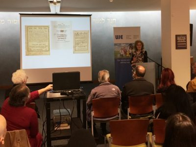 Співдиректор UJE Алтi Родал на лекції даній в Єврейській Громадській Бібліотеці Сан-Франциско, 19 листопада 2017-го року.