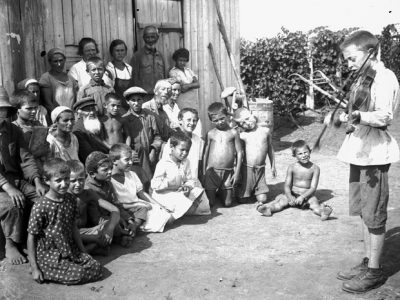 A boy playing the violin for Jewish collective farm workers, Crimea. Photo from the collection of the Russian Museum of Ethnography in St. Petersburg, where the OZET archives are held.
