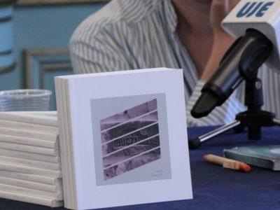 """Кабінет лауреата Нобелівської премії з літератури, письменника Ш. Й. Аґнона, в його будинку в Єрусалимі. Народившись в 1888-му році у місті Бучач, яке сьогодні належить до Західної України, більшість видатних творів Аґнон написав стоячи за аналоєм коло вікна.Антологію літературної резиденції """"Ключ у кишені"""" було опубліковано в рамках більш ширшого проекту """"Аґнон: 50 кроків, щоб зрозуміти"""" та здійснено завдяки ініціативі """"Літературний центр імені Аґнона"""". Центр отримав допомогу на підтримку програми від приватно фінансованої багатонаціoнальної організації """"Українсько-єврейська зустріч"""" (UJE)."""