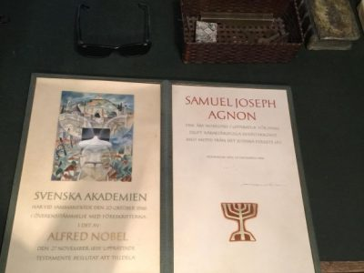 Ш. Й. Аґнон отримав Нобелівську премію з літератури у 1966-му році. На дипломі внизу зображено місто Бучач, де народився Аґнон, а зверха – Єрусалим, де письменник жив багато років аж до останнього дня – 1970 р. Два міста розділені річкою Стрипа, яка протікає через Бучач.