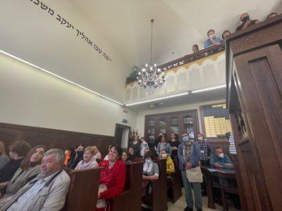 Присутні під час читання віршів у синагозі в Чернівцях.