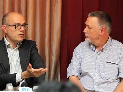 Ліворуч: Карел Беркгоф – старший науковий співробітник Інституту студій з історії війни, Голокосту та геноциду (Амстердам, Нідерланди), розповідає слухачам про Бабин Яр; праворуч: Владислав Гриневич (старший).