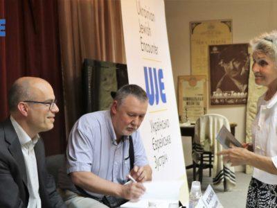 Співавтори видання «Бабин Яр: історія і пам'ять» Карел Беркгоф (ліворуч) та Владислав Гриневич – старший (праворуч), радо надають автографи бажаючим.