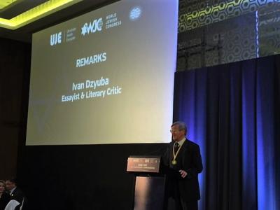 Ivan Dzyba speaking after being presented the Sheptytsky Award. Промова Івана Дзюби після нагородження.