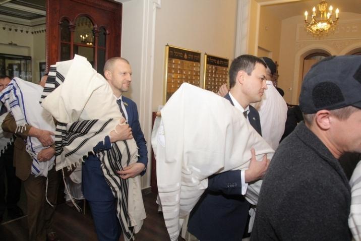 Hanuka Brodsky Synagogue 2015 MP Torah scrolls 1