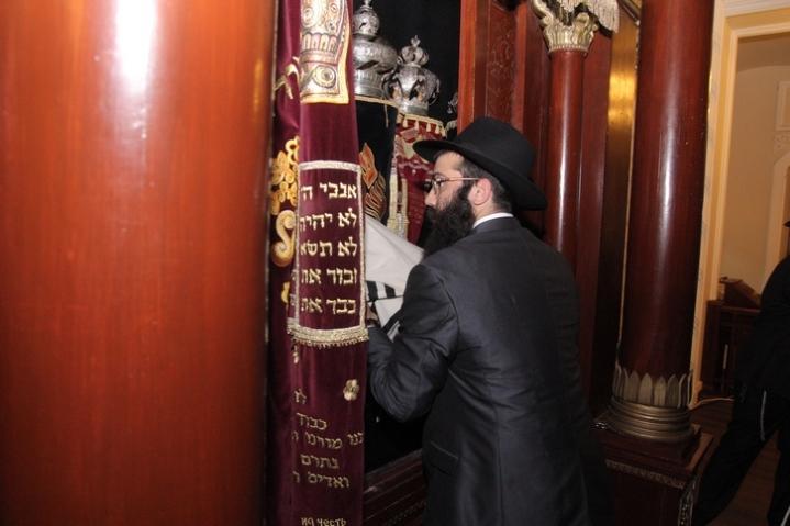 Hanuka Brodsky Synagogue 2015 Torah scrolls