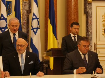 Ambassadors of Israel and Ukraine Yoel Lion and Hennady Nadolenko sign an agreement between the countries.