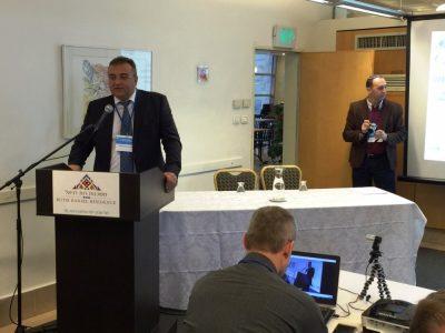 Дипломат Геннадій Надоленко, Надзвичайний і Повноважний Посол України в Державі Ізраїль, відкриває конференцію «Ізраїльсько-український підприємницький Форум» 14 грудня 2016 року в місті Тель-Авів (Ізраїль).
