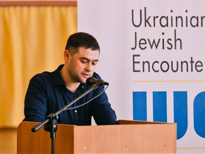 Владислав Гриневич, регіональний менеджер Канадійського благодійного фонду «Українсько-єврейська зустріч» (англ. скорочено – UJE) в Україні, під час публічної дискусії 25 березня 2017 року у місті Черкаси (Україна).