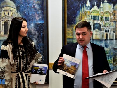 Керівник українського офісу UJE Владислав Гриневич розповідає присутнім про діяльність Фундації, зокрема, останні підтримані публікації.