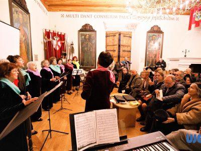 """Виступ жіночого музичного колективу """"Шейне-Мейделах"""" під час урочистого відкриття виставки UJE у Жовкві."""