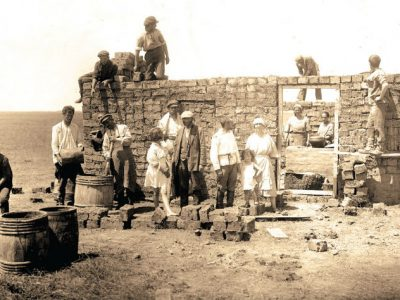 Members of the Oyflebung commune building a temporary kitchen, Crimea, 1925. Archives of the Joint