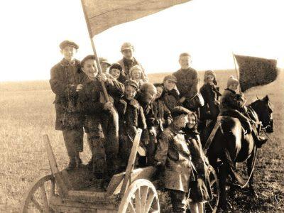 Молодь колонії с. Алчин (Крим) святкує річницю Жовтневої революції, 1920-ті рр. Інститут єврейських досліджень, Нью-Иорк